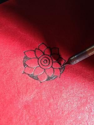 電気ペンで絵を描いた革